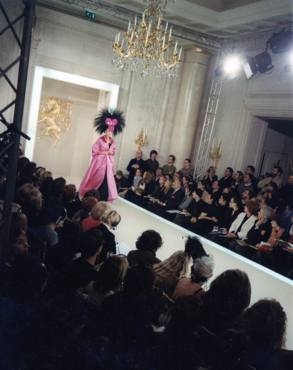 Designet en catwalk og en ebhjørningsskulptur for Philip Treacy Fashion Show, Paris Fashion Week.